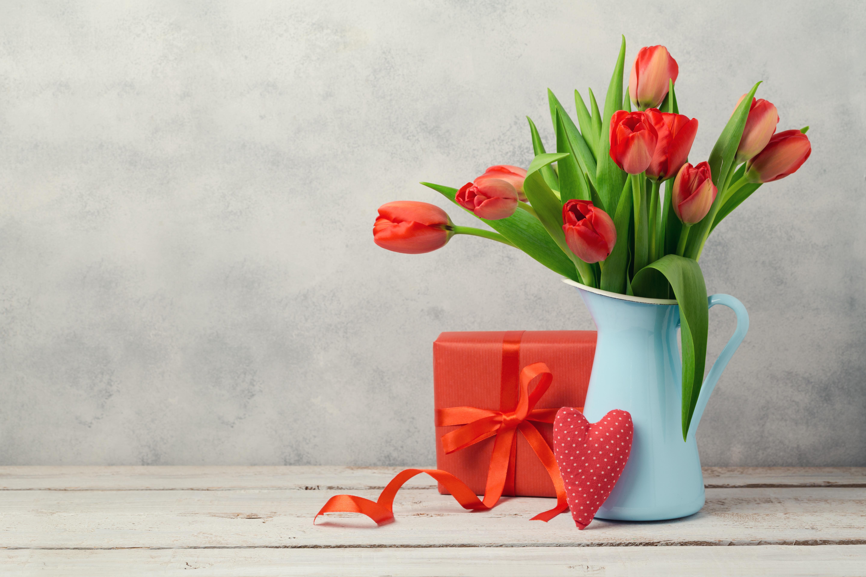 Kleine Geschenke zum Valentinstag: Tulpenstrauß, Herz und Päckchen.