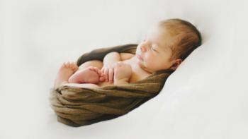 Wie Neugeborene auf Fotos am niedlichsten aussehen: 5 Ideen von klassisch bis originell