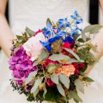 Braut hält einen Brautstrauß in Händen